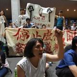 """Dân Đài Loan biểu tình xé sách giáo khoa """"thân Trung Quốc"""""""