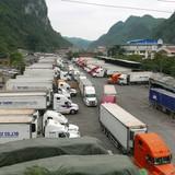 Cả nghìn tài xế vạ vật chờ dưa qua cửa khẩu