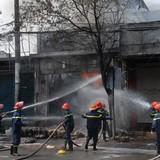 Cửa hàng hóa chất cháy nổ dữ dội gây náo loạn