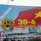"""Hà Nội chào mừng ngày 30/4 bằng pano...""""kì dị"""""""