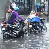 Đường TP.HCM ngập nặng sau mưa, xe cộ chết máy hàng loạt