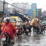 """Người Sài Gòn """"gồng mình"""" sau cơn mưa lớn"""