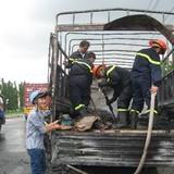 Xe tải chở 100 thùng bật lửa gas bốc cháy ngùn ngụt trên quốc lộ