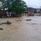 Điện Biên: Vỡ đập Huổi Củ, xe cộ, bàn ghế trôi đầy đường