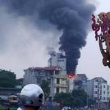 Khói cuồn cuộn trong vụ cháy nhà cạnh cầu Thăng Long