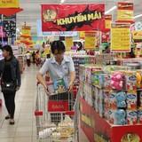 Hàng khuyến mại chất đống ở Sài Gòn