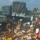 Người dân giúp gom hàng trăm thùng nước ngọt rơi xuống đường
