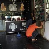 Cửa hàng điện thoại bị ném bom xăng