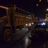 Ô tô đang chạy bất ngờ cháy trơ khung giữa cầu Thanh Trì