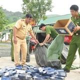 Vứt xe chở hơn 4.000 bao thuốc bỏ chạy khỏi cảnh sát
