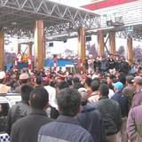 Chậm giảm phí, dân tiếp tục chặn xe qua trạm BOT Hòa Bình