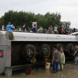 """Xe chở xăng lật nghiêng vì tai nạn, dân lao vào """"hôi của"""""""