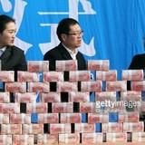 """Trung Quốc: Chất tiền thành """"núi"""" thưởng Tết công nhân"""