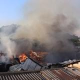 Hàng nghìn m2 nhà xưởng cháy ngùn ngụt, công nhân hoảng loạn tháo chạy
