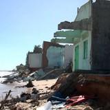 Hơn 50 căn nhà bị sóng biển đánh sập