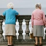 Vì sao phụ nữ lo lắng tới sức khỏe khi về già hơn nam giới?
