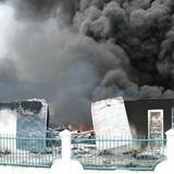 Công ty hóa chất bốc cháy dữ dội suốt nhiều giờ