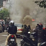 Hà Nội: Đang lưu thông ô tô con bất ngờ bốc cháy
