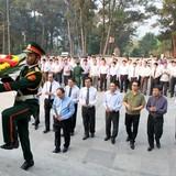 Thủ tướng Nguyễn Xuân Phúc dâng hương tri ân các anh hùng liệt sĩ tại Quảng Trị