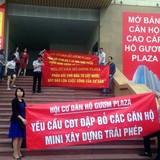 Bị cắt tháng máy, cư dân Hồ Gươm Plaza tụ tập phản đối