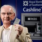 Kiếm được... 15 USD nhờ phát minh máy ATM