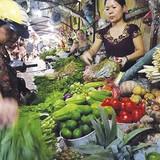 """Hà Nội: Rau quả """"loạn"""" giá bán sau trận mưa lớn"""