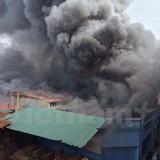 Hà Nội: Cháy lớn gây ùn tắc nghiêm trọng trên đường Trường Chinh