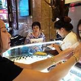 Những chiêu ăn gian, móc túi khách hàng của tiệm vàng