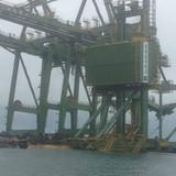Ba giàn cẩu nghìn tấn của Formosa bị sóng đánh trôi trên biển
