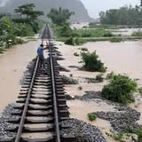 Ngập tại Quảng Bình: Đường sắt Bắc -Nam tê liệt, tàu SE19 mắc kẹt