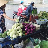 """""""Làm giá"""" rau xanh, người dân Sài Gòn đang bị... móc túi"""