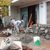 Đường mới cao hơn nền nhà: Dân bỏ tiền xây tường chặn bùn, nước