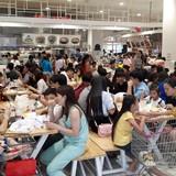 Chen lấn mua sắm Tết dương lịch tại Sài Gòn