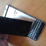 Nghi vấn màn hình của BlackBerry KeyOne dễ bị bung nắp
