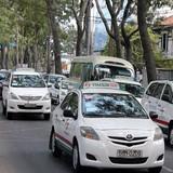 Cạnh tranh với Uber, Grab: Taxi kẻ bắt chước, người dọa kiện