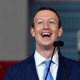 33 tuổi, Mark Zuckerberg đang nắm giữ khối tài sản bằng lúc Warren Buffett kiếm được năm 80 tuổi