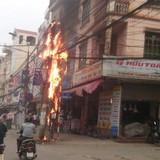Cột điện cháy dữ dội ngay cạnh nhà dân