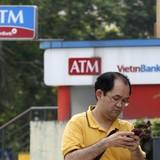 """Bloomberg: Các ngân hàng Việt Nam """"gật đầu"""" nhận lời mai mối"""
