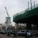 Sắt công trình rơi trúng Honda Civic trên đường Nguyễn Trãi