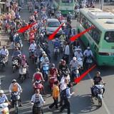 """Người dân vô tư """"quên""""... cầu vượt, giao thông hỗn loạn, ùn tắc"""
