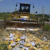 Nga dùng xe ủi đất cán thực phẩm phương Tây