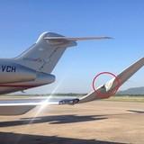 Xe chở hành lý đâm rách cánh máy bay