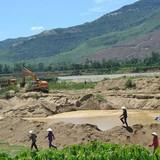 Dân bao vây cồn cát yêu cầu doanh nghiệp tư nhân dừng khai thác