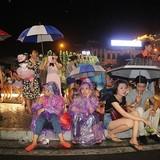 Không ngại trời mưa, người Hà Nội vẫn đổ ra đường xem pháo hoa