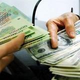 """Người nước ngoài giở trò """"ảo thuật"""" đổi tiền tại ngân hàng"""