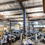 Vì sao trụ sở Facebook lại được thiết kế trông như một nhà xưởng?