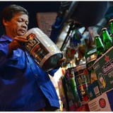 """Cuộc đua khốc liệt lên """"chiếu trên"""" của các hãng bia ngoại tại Việt Nam"""