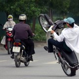 """Cẩn thận với những lỗi vi phạm """"ngớ ngẩn"""" khi bạn điều khiển xe gắn máy"""