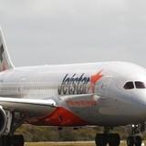 Máy bay chở 320 người hạ cánh khẩn vì trục trặc động cơ