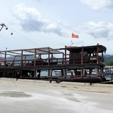 Tàu du lịch bị đâm chìm ngay tại cảng